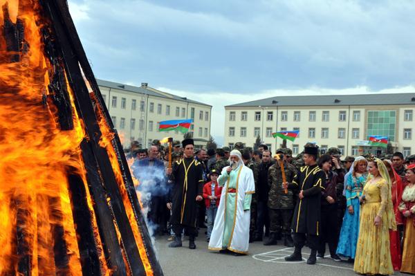 Novruz personakları və tədbir iştirakçıları tonqal ətrafında