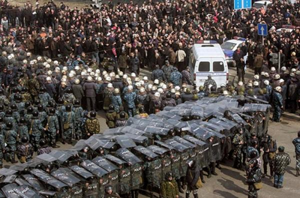 1 mart 2008-ci il - İrəvanda Serj Sarkisyanın hakimiyyətə gəlməsinə etiraz edən nümayişmilərə divan tutulur