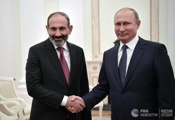 Moskvada Vladimir Putinlə görüşmüş Nikol Paşinyan özünü quzu kimi aparıb